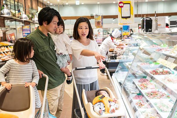 5 つのファミリメンバーでのショッピング、スーパーマーケット - スーパーマーケット 日本 ストックフォトと画像