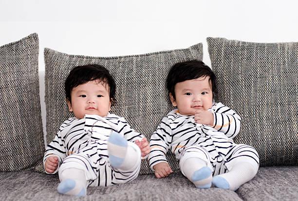 fünf monate alte asiatische twinsize-betten - zwillinge stock-fotos und bilder