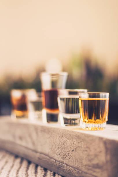 Cinq verres rempli d'une variété d'alcool - Photo