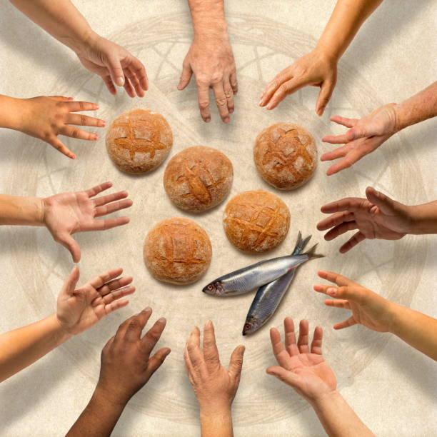 五小大麥麵包和二條小魚為許多 - 大比大 聖經人物 個照片及圖片檔