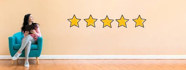 fünf-sterne-bewertung mit frau mit einem tablet - kundenzufriedenheit stock-fotos und bilder