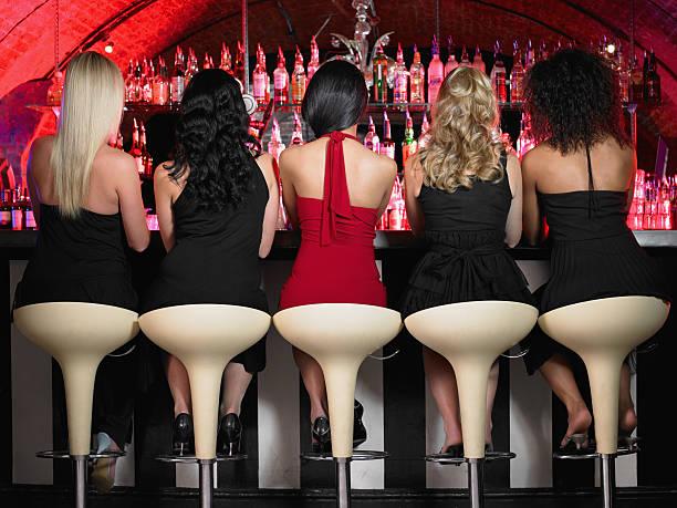 Cinque donna seduta al bar - foto stock