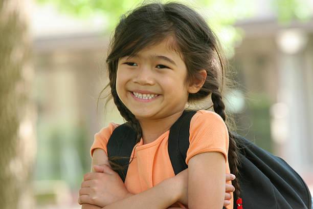 cinco años viejo girl listo para primer dia de clase - regreso a clases fotografías e imágenes de stock