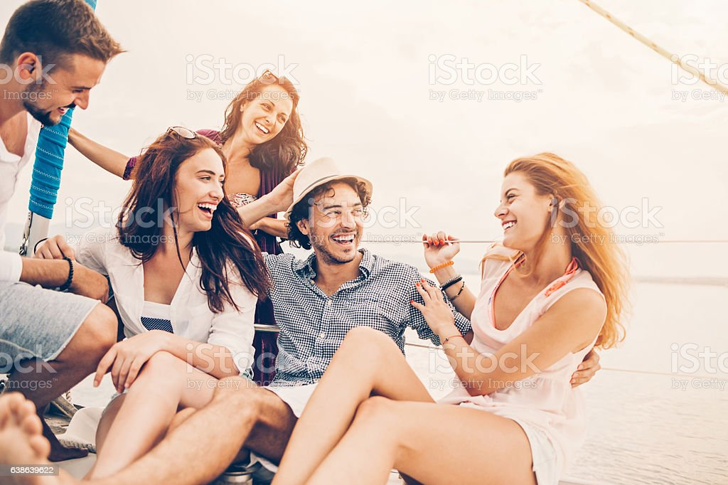 Five young people enjoying a yacht trip - foto de stock