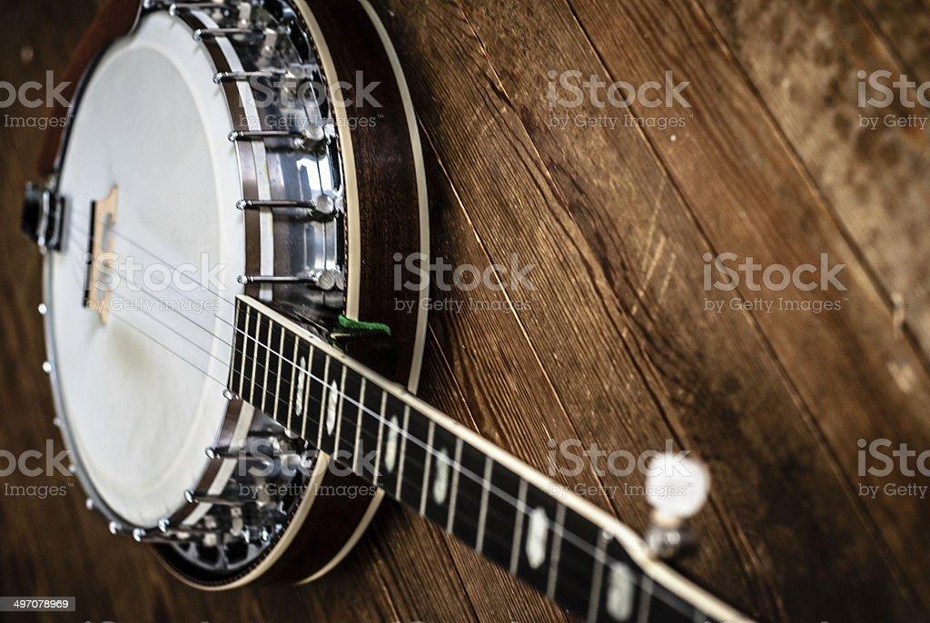 Cinco string bluegrass banjo em pranchas de madeira envelhecida. - foto de acervo