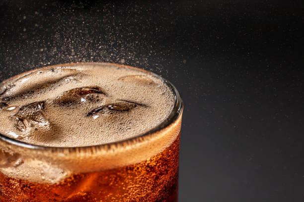 fizz funkelnde cola wasser erfrischend sprudelnden soda pop mit ice cubes. kalte softdrink cola kohlensäurehaltige flüssigkeit frisch und kühle eisgetränk in einem glas. erfrischendes und abschreckendes durstkonzept . - alkoholfreies getränk stock-fotos und bilder