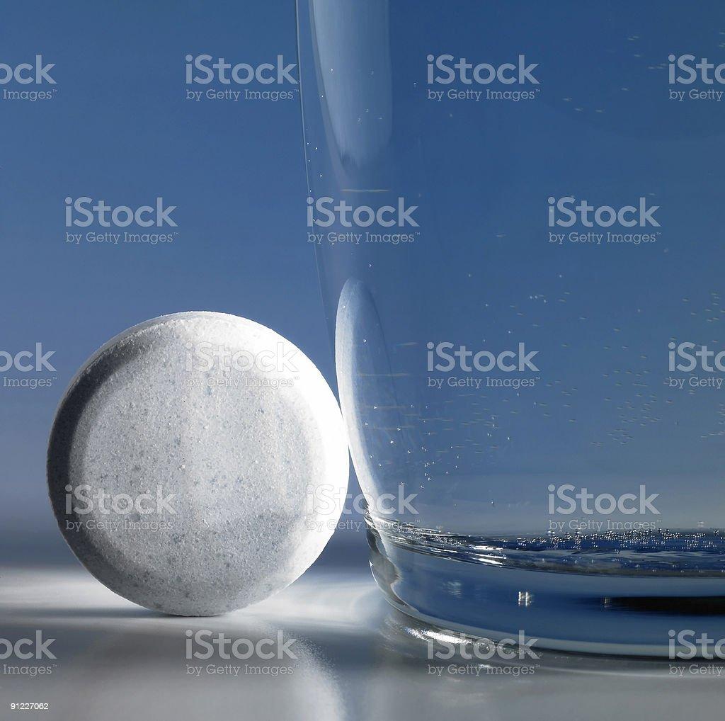 fizzy tablet neben einem Glas Wasser – Foto
