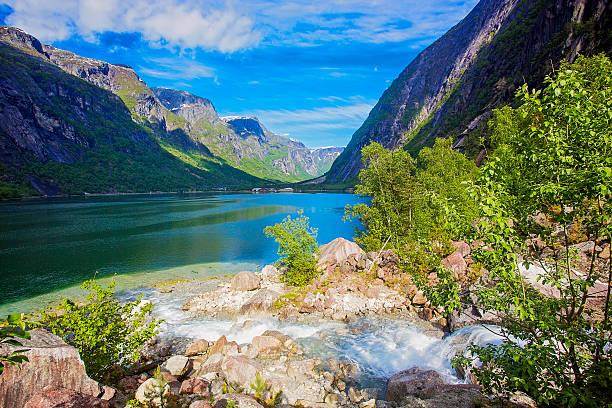Fjord Landschaft mit schönen Wolken und Berge – Foto
