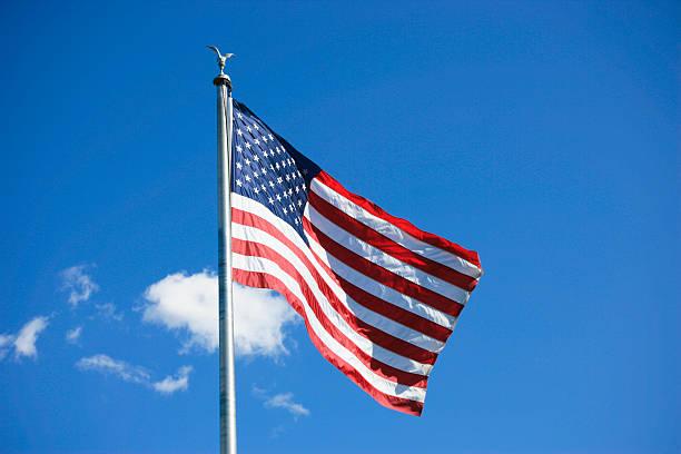 usa flagge gegen den blauen himmel - horizontal gestreiften vorhängen stock-fotos und bilder