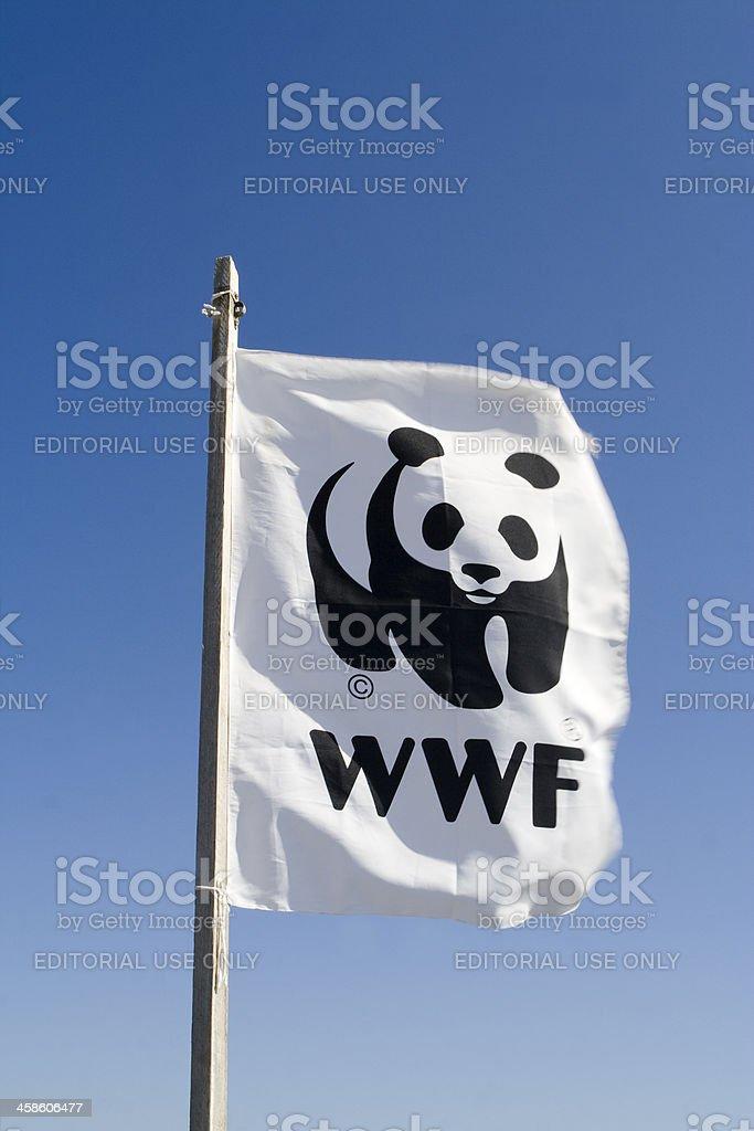 Bandiera del WWF contro il cielo blu - foto stock