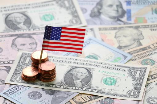 Us Flag And Dollar Cash Background Finance And Economy Concept - Fotografie stock e altre immagini di Affari finanza e industria