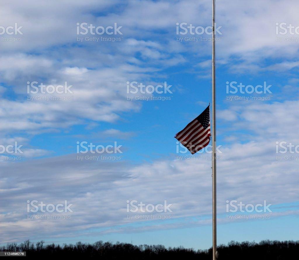 Bandeira a meio mastro - foto de acervo