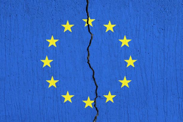 EU-Flagge zerbricht, Geknacker-Flagge der Europäischen Union - – Foto