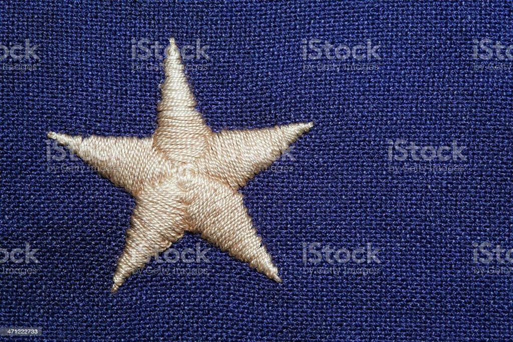 Detalle de una bandera bordada estrellas sobre un fondo azul - foto de stock