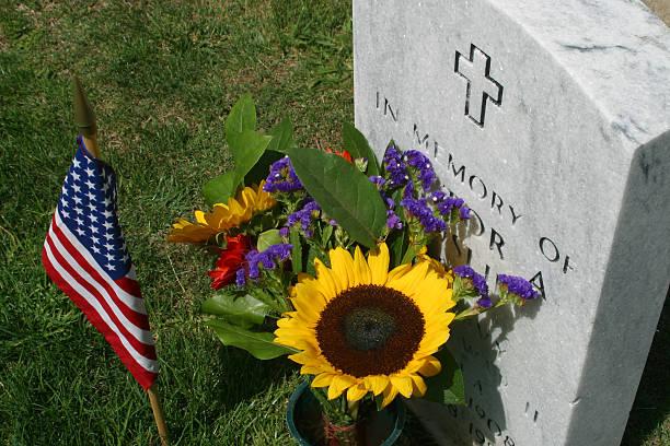 Flagge, Blumen und eine Grab – Foto