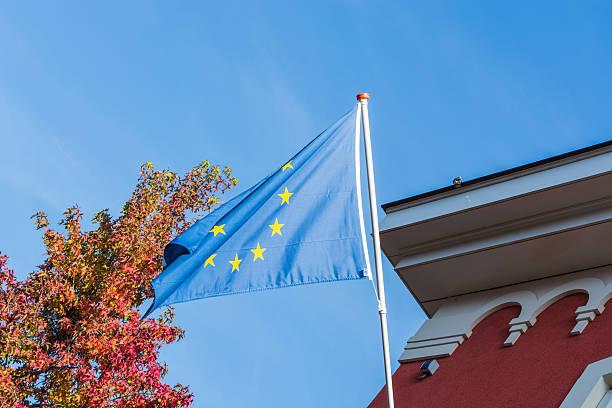 eu-flagge in vor einem alten gebäude - la union stock-fotos und bilder