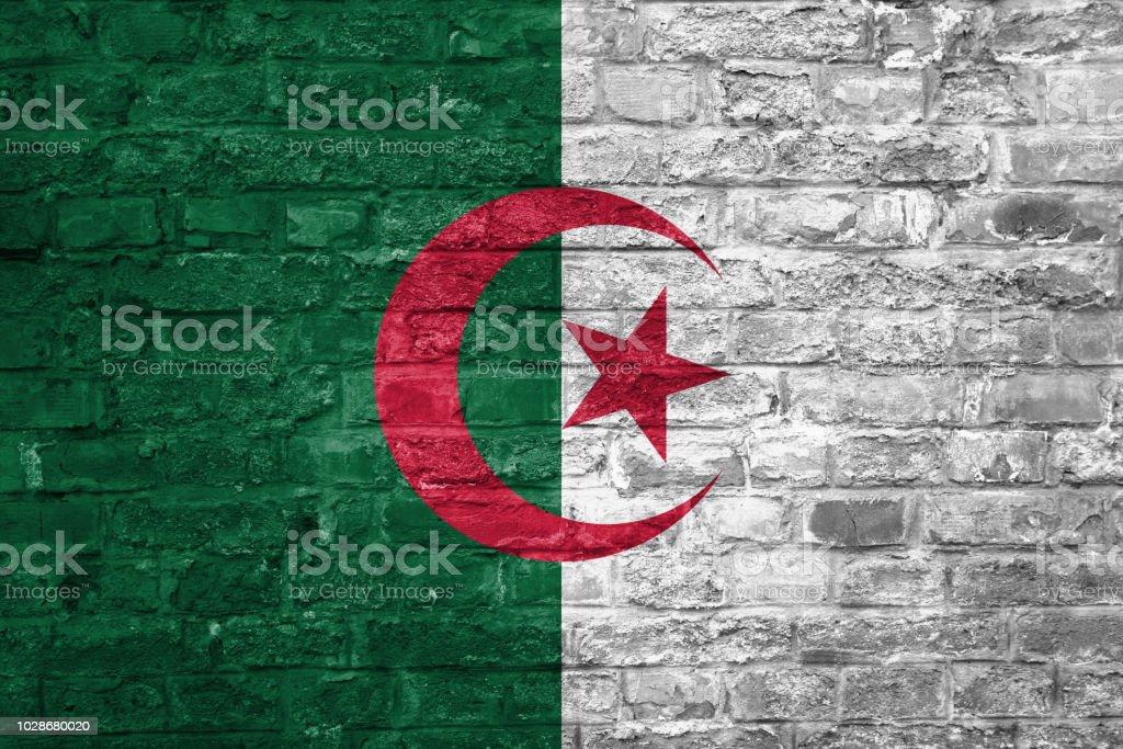 Bandera de Argelia sobre un antiguo fondo de pared ladrillo, superficie - foto de stock