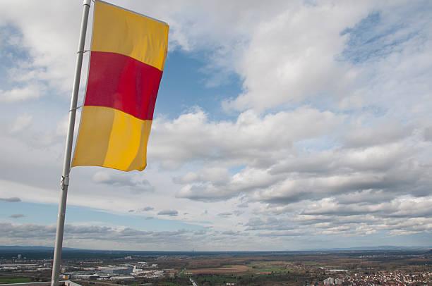 flagge der baden-württemberg über die stadt von karlsruhe - karlsruhe schloss stock-fotos und bilder