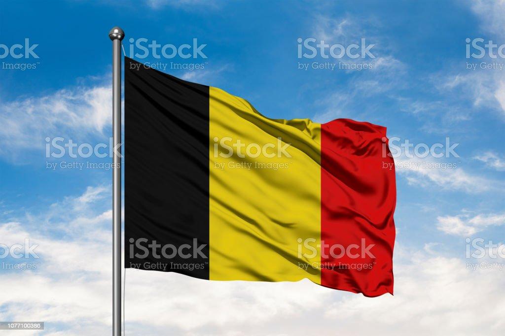 Vlag van België wuiven in de wind tegen witte bewolkte blauwe hemel. Belgische vlag. foto