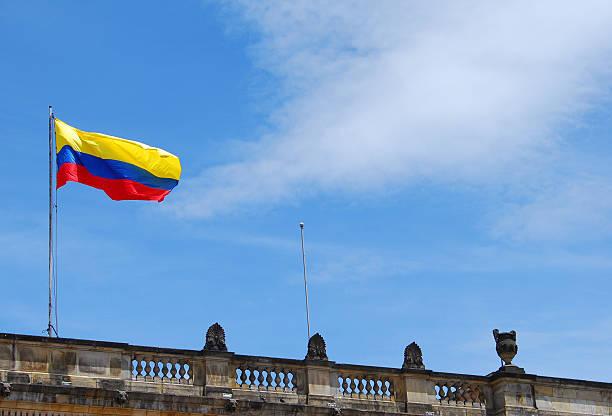 bandera de colombia sobre el capitolio nacional de bogotá - bandera colombiana fotografías e imágenes de stock