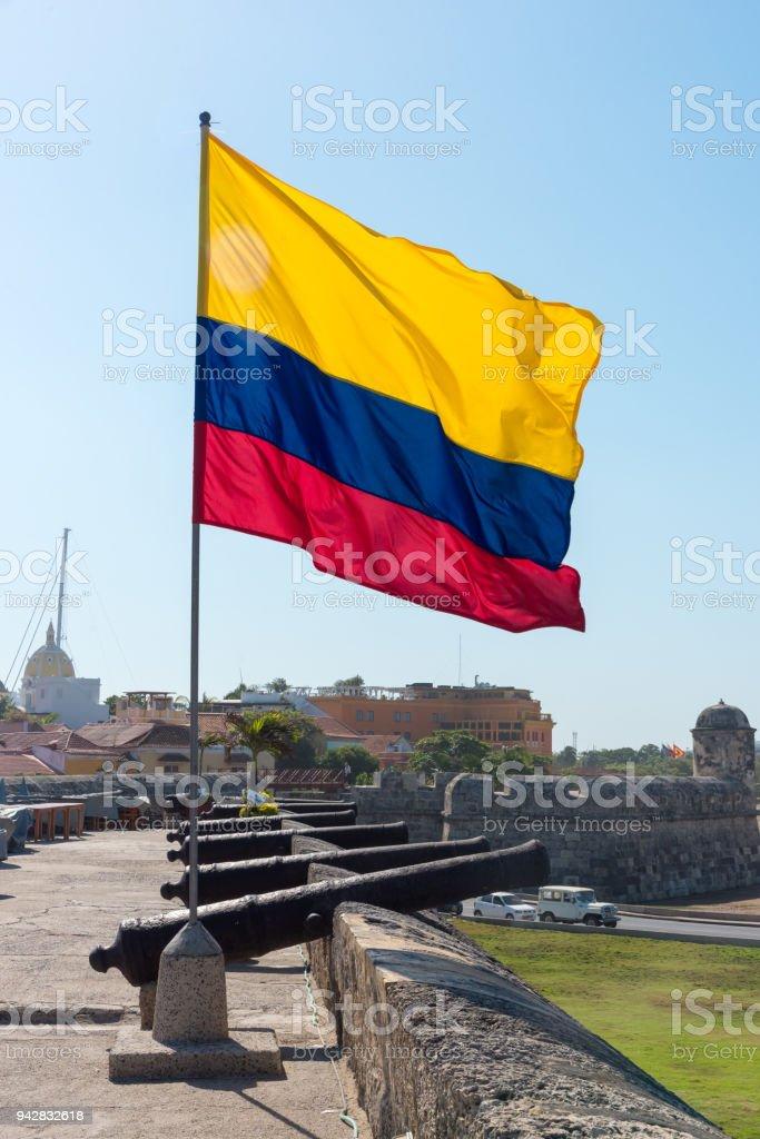 Bandera de Colombia en la ciudad amurallada de Cartagena - foto de stock