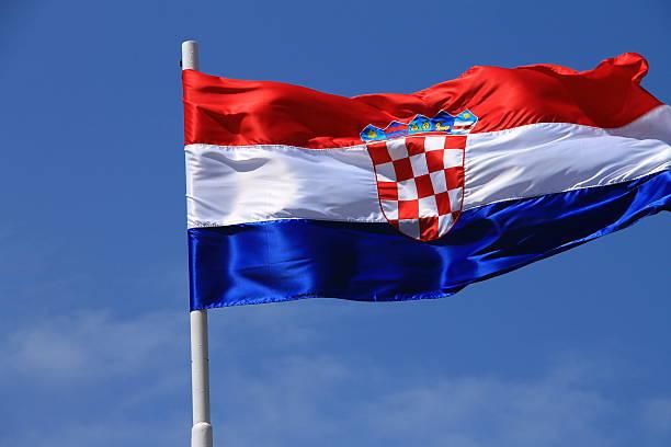 Bandeira da Croácia com vara bandeira balançando ao vento - foto de acervo