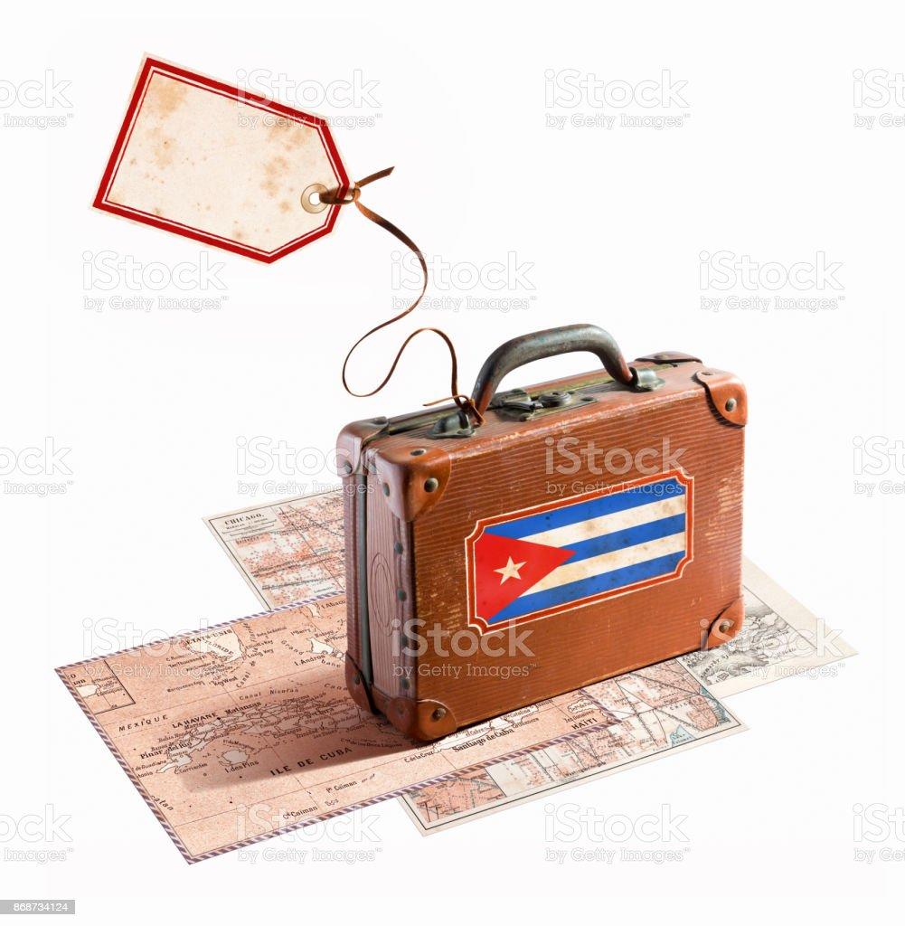 Bandeira de Cuba na antiga mala de viagem com mapas diferentes - foto de acervo