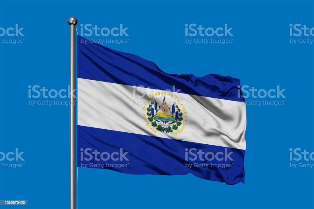 Bandera del Salvador ondeando en el viento contra el cielo azul profundo. - foto de stock