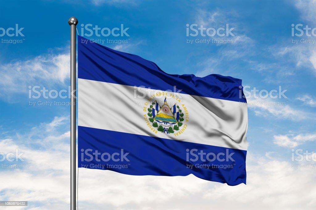Bandera del Salvador ondeando en el viento contra un cielo azul nublado blanco. Bandera Salvadoreña. - foto de stock