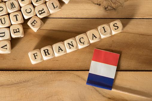 La imagen tiene un atributo ALT vacío; su nombre de archivo es flag-of-france-and-the-word-french-picture-id1058368320