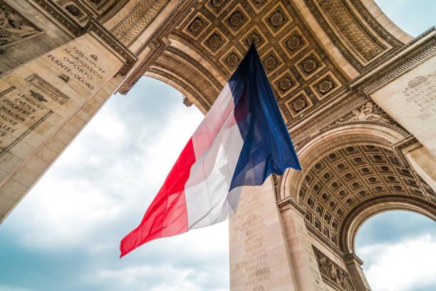 Flagge von Frankreich am Arc de Triomphe – Foto