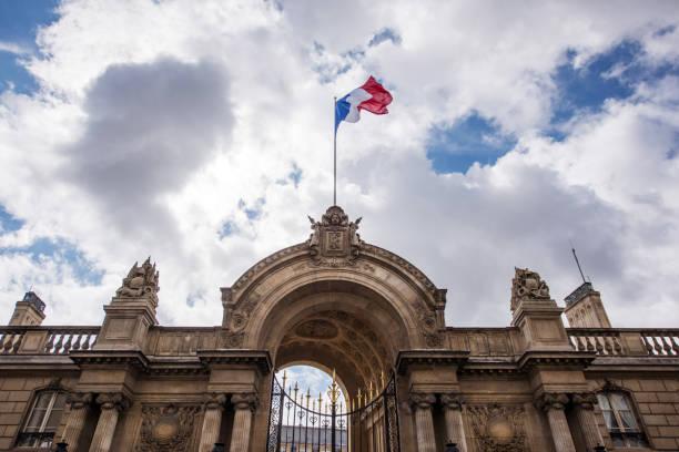 Flagge von Frankreich am Eingangstor der Elysée-Palast, Paris, Frankreich – Foto