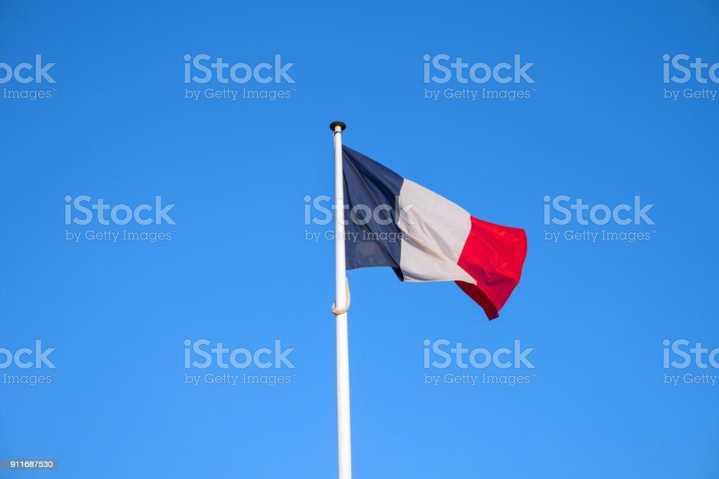 Pavillon de la France, ondulant dans le vent, le fond de ciel bleu - Photo