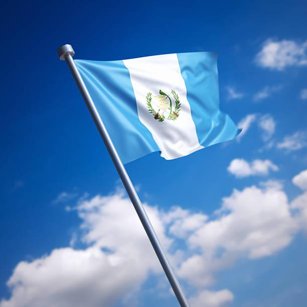 Bandera de Guatemala contra el cielo azul - foto de stock