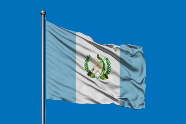 Bandera de Guatemala ondeando en el viento contra el cielo azul profundo. Bandera de Guatemala. - foto de stock
