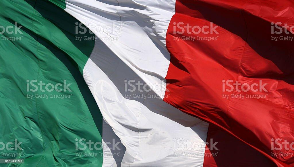 Bandera italiana en el sol y viento, Italia - foto de stock