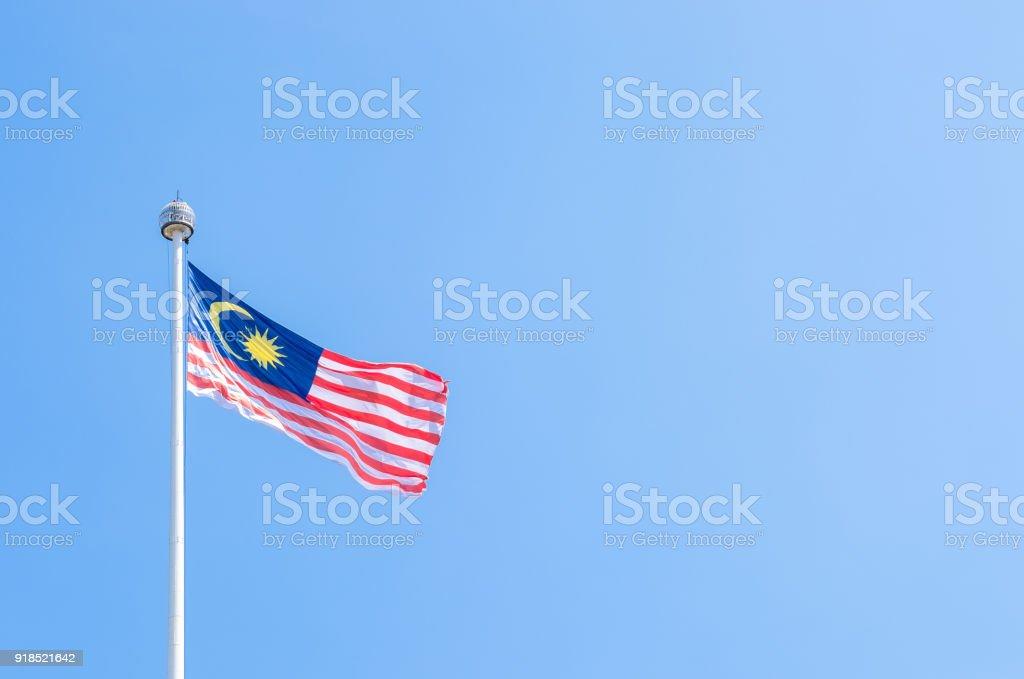 Bandeira da Malásia acenando no vento com o céu azul. - foto de acervo