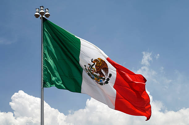 bandera de méxico con cielo azul - bandera mexico fotografías e imágenes de stock
