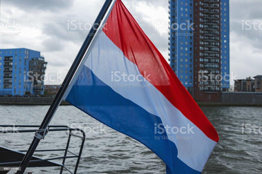 Bandera de Países Bajos ondeando en la popa del barco de tour - foto de stock