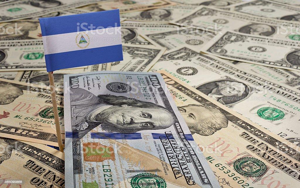 Bandera de Nicaragua adherencias en diversas american banknotes. (serie - foto de stock