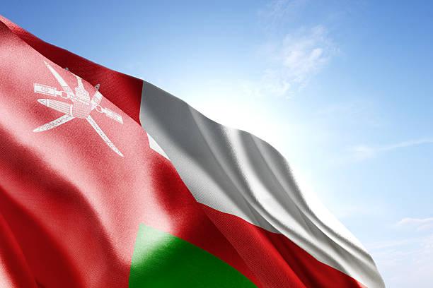 флаг омана размахивающий лапами в в ветер - oman стоковые фото и изображения