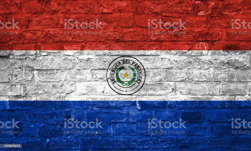 Bandera de Paraguay sobre un antiguo fondo de pared ladrillo, superficie - foto de stock