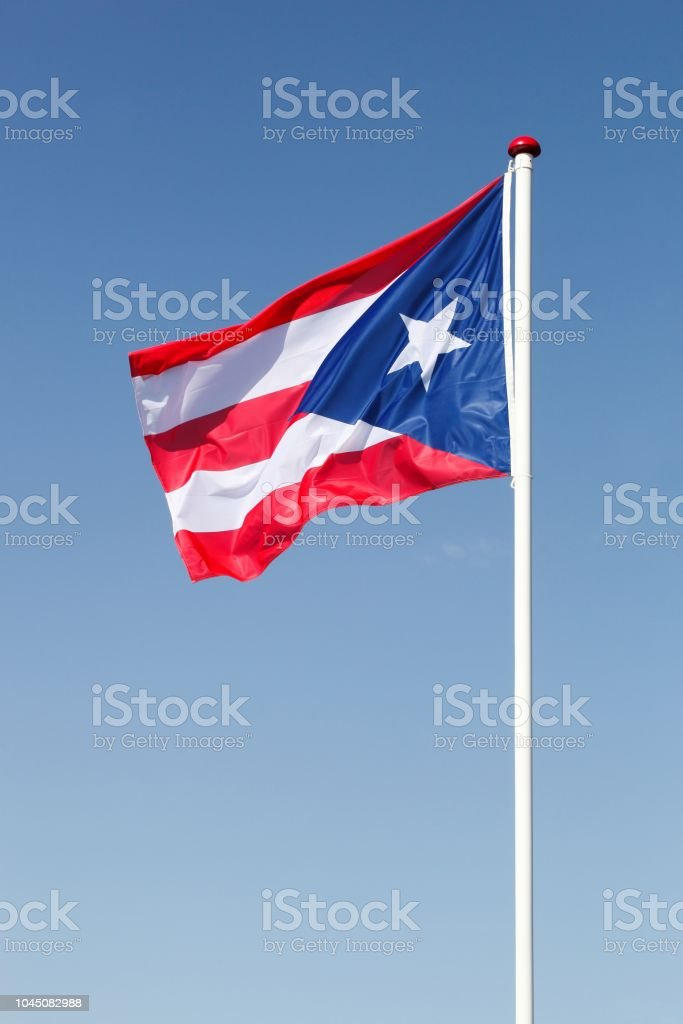 Bandera de Puerto Rico que agita en el cielo - foto de stock