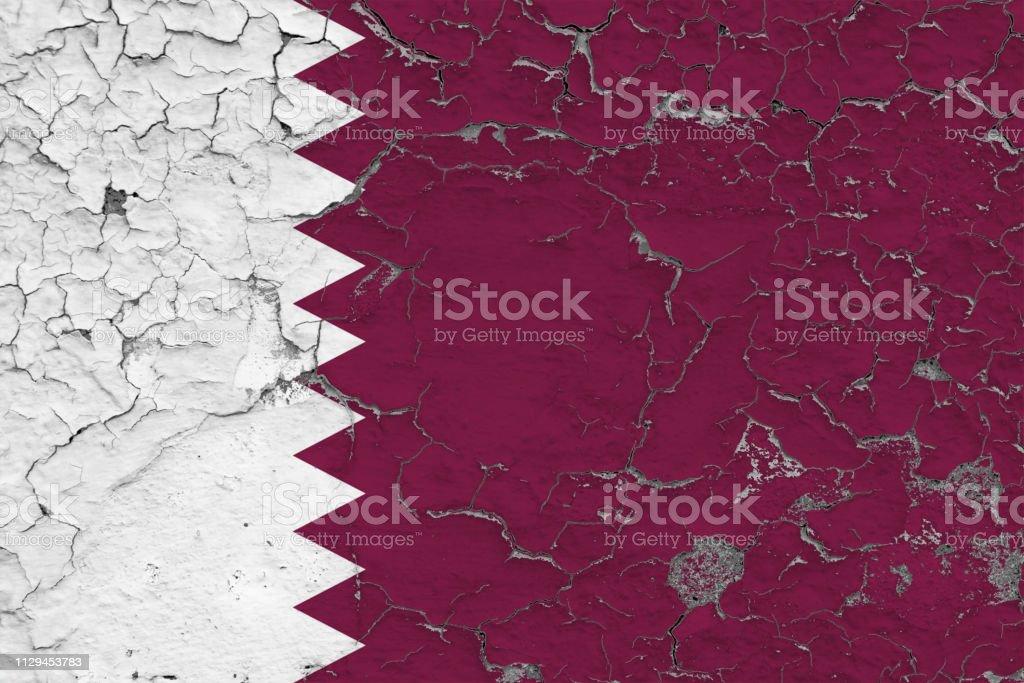 Bandera de Qatar pintado en pared sucia rota. Patrón nacional en superficie de estilo vintage. - foto de stock