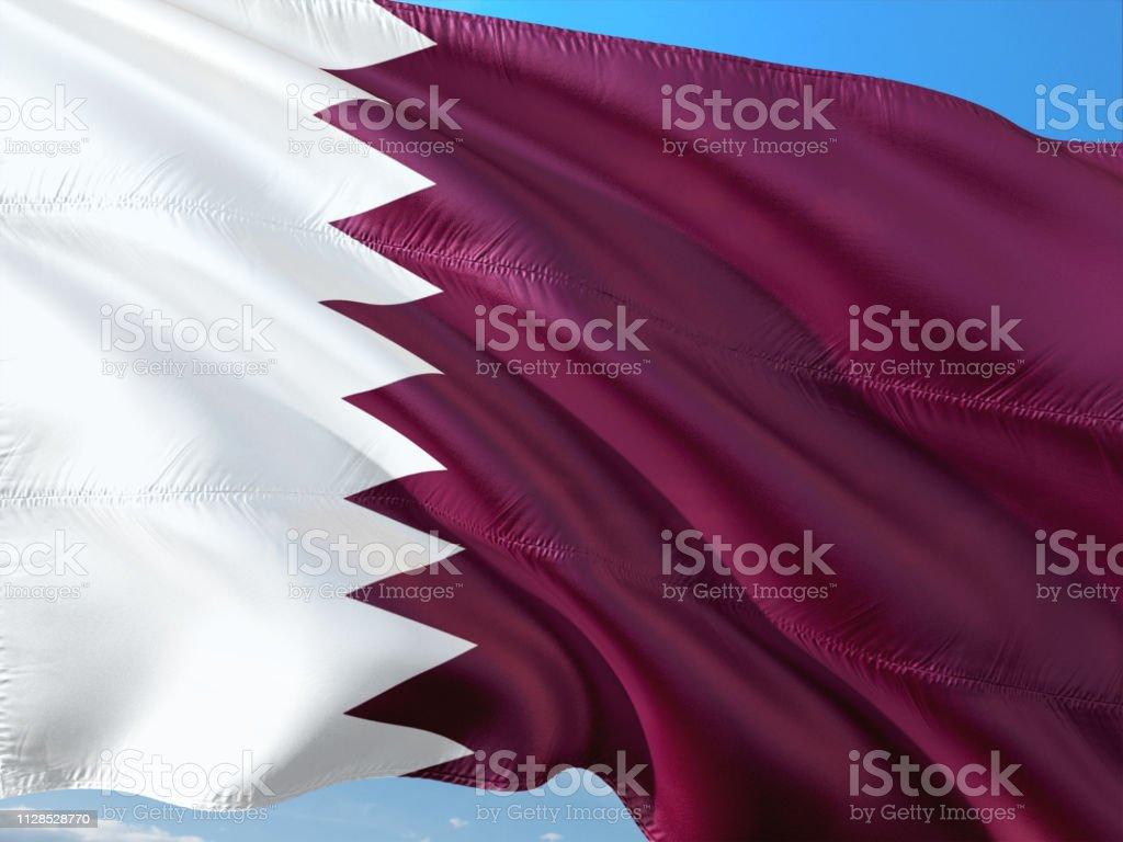 Bandera de Qatar ondeando en el viento contra el cielo azul profundo. Tela de alta calidad. - foto de stock