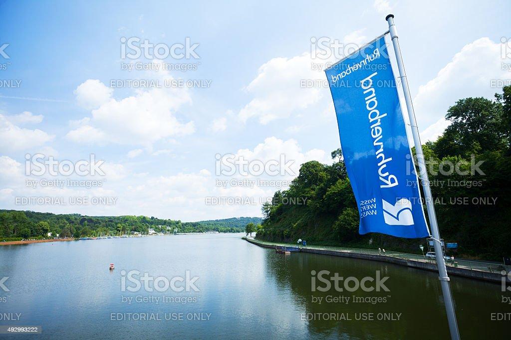Flagge von Ruhrverband am dam lake Baldeneysee – Foto