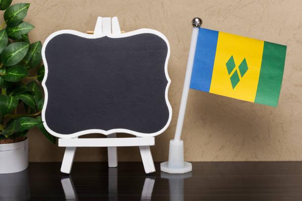 flagge von st. vincent und die grenadinen und blackboard - st. vincent und die grenadinen stock-fotos und bilder