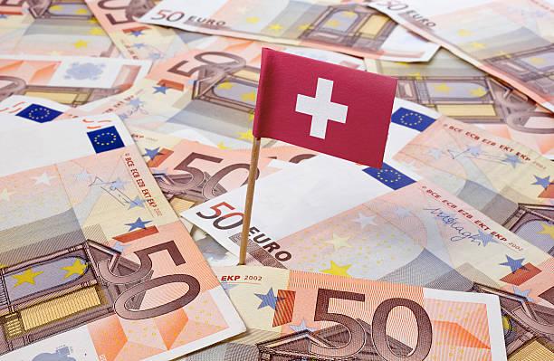 Flagge der Schweiz klemmt in Höhe von 50 Euro banknotes. (Serie) – Foto