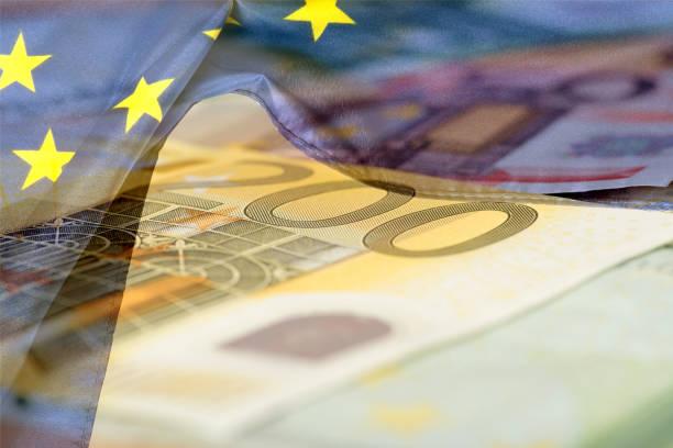 flagge der europäischen union eu und euro geldscheine - europäische währung stock-fotos und bilder