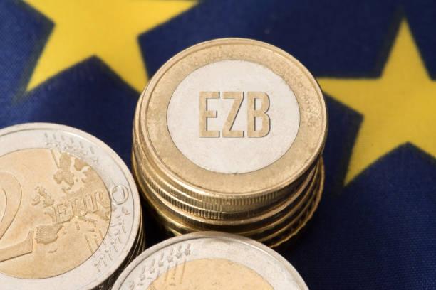 Flagge der Europäischen Union, Euro Münze und EZB – Foto